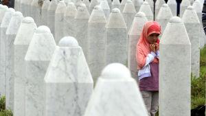 En bosniakisk flicka på begravningen den 11 juli 2014, då kvarlevor av 175 offer begravdes vid minnescentret i Potocari.