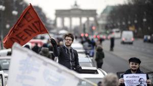 Demonstrationståg i Berlin kräver att Turkiet friger den tysk-turkiske journalisten Deniz Yucel 19.2.2017