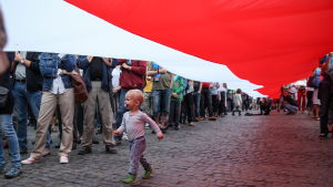 Både barn och vuxna deltog i fredagens demonstration i Warszawa mot lagförslaget om Högsta domstolen.