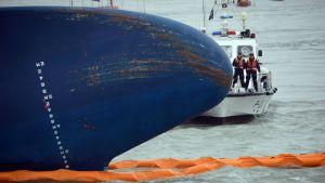 Räddningsoperation vid det sydkoreanska fartyget som sjönk onsdagen den 16 april 2014.