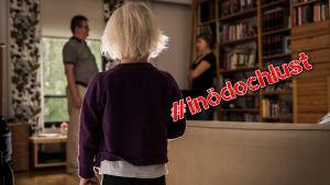 Ett barn tittar på grälande föräldrar.