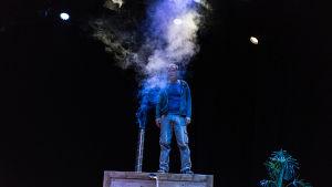 Niko Saarela i Muuttomiehet på KOM-teatern.