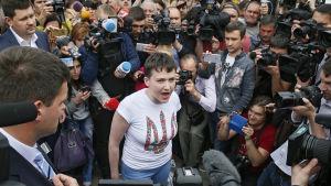 Nadija Savtjenko omgiven av journalister på flygplatsen i Kiev 25.5.2016
