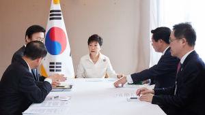 Sydkoreas president Park Geun-hye håller krismöte i Laos efter rapporterna om Nordkoreas femte kärnvapentest.