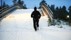 Lenkkeily, lenkkipolku, lenkkeilevä ihminen, lumi