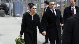 Kronprinsessan Victoria och prins Daniel besökte Drottninggatan, där en man körde in i varuhuset Åhléns den 7 april 2017.