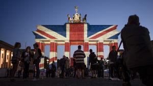 Berling lyste upp Brandenburger Tor med brittiska flaggan på lördagen. 4.5.2017