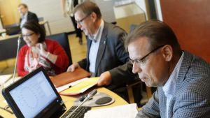 PAM:s ordförande Anne Selin, FFC:s viceordförande Matti Huutola och FFC:s ordförande Lauri Lyly.