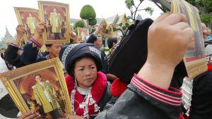 Sörjande från stamfolken i bergiga, norra Thailand stod också i kö för att visa sin respekt för kungen