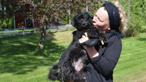 Iiu Ruohonen-Löppönen med sin hund