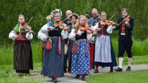 Ruotsalaiset pelimannit soittavat kansallipuvuissaan