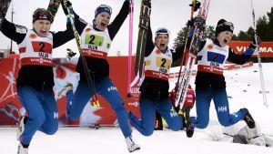 Finlands stafettdamer jublar efter bronset, VM i Falun 2015.