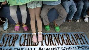 Barn deltar i en demonstration mot barnpornografi i Manila, Filippinerna i februari 2009