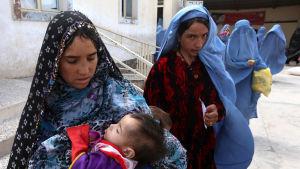Kvinnor i ett flyktingläger i Herat i Afghanistan