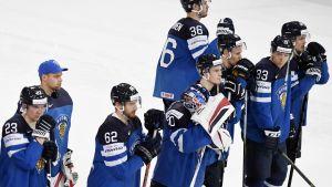 Finlands spelare besvikna efter förlusten mot Tjeckien, VM 2017.