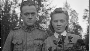 Rintamahäät etulinjoilla virkistysparakissa 1 km etulinjoilta. Morsian lotta Paula Tuominen ja sulhanen ylikersantti Viljo Salin.