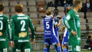Tapio Heikkilä och Demba Savage firar et mål