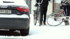 Sommardäck på många bilar i Vasa trots snön.