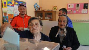 Väljare i en vallokal i småstaden Kutina, 15 kilometer från Nis, i södra Serbien 2.4.2017.