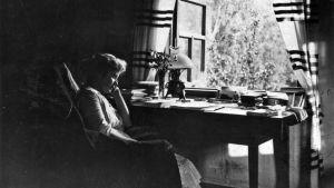 Hagar Olsson i sitt föräldrahem i prästgården i Räisälä. Prästgårdens vindskammare ca 1920 Edith Södergrans samling
