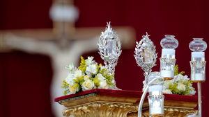 Bilden visar relikerna efter de två påvarna som nu helgonförklarats, Johannes Paulus II blod och Johannes XXIII hud.