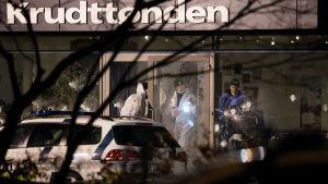 En 55-årig filmregissör miste livet i skjutattacken mot kulturhuset Krudttønden den 14 februari 2015. På Krudttønden pågick en diskussion om yttrandefrihet med den svenska karikatyrtecknaren Lars Vilks. Vilks antas ha varit det planerade målet för attacke