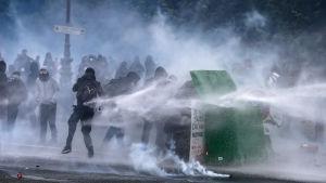 Sammandrabbningar mellan kravallpolis och demonstranter i Paris 14.6.2016