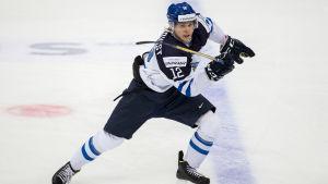 Kasper Björkqvist är en ishockeyspelare från Esbo.
