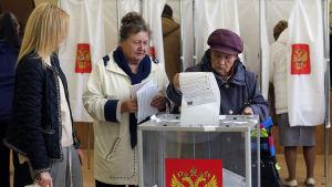 Ryska väljare i en vallokal nära S:t Petersburg 18.9.2016.