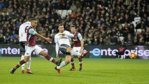 Zlatan Ibrahimovic gör mål mot West Ham, januari 2017.