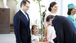 Sveriges statsminister Stefan Löfven skakar hand med prinsessan Estelle.