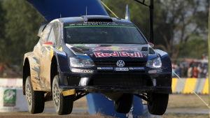 Jari-Matti Latvala kör rally i Argentina.