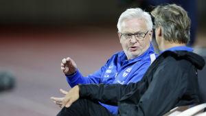 Fotbollstränare diskuterar.