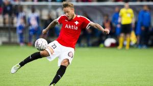 Mika Väyrynen laddar upp för en volley.