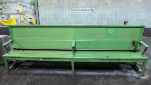 Bänken på stationen Schönleinstrasse där den hemlösa mannen sov.
