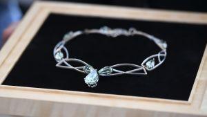 Smycke som överlåtits till presidentens maka Jenni Haukio.