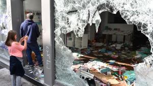 Tre dodade vid nya kravaller indonesien butiker plundrades