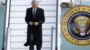Barack Obama kliver av flygplanet på flygplatsen i Hannover. Obama ska stanna i Tyskland i två dagar.