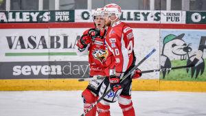 Ville Viitaluoma och Markus Nordlund firar ett mål.