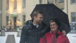 Magnus och Britt-Marie under ett paraply.