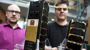 Satelliterna Aalto-1 och 2 visas upp av Jaan Praks och Tuomas Tikka vid Aalto-universitetet.