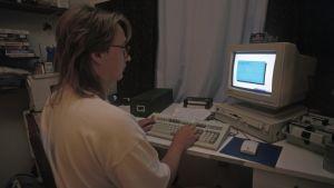 Man använder (en redan då ganska gammal) dator 1996