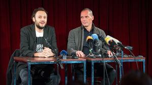 Yanis Varoufakis och den kroatiska filosofen Srecko Horvat under en pressträff i Berlin den 9 februari 2016.