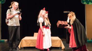 Teater Magnitudes pjäs Snövit har två snövit på scenen.