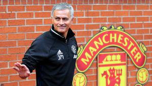 Jose Mourinho framför Manchester United logotyp.