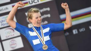 Lotta Lepistö firar sitt VM-brons i linjelopp i Qatar.