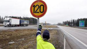 Skylt för sommarhastighetsbegränsning sätts upp.