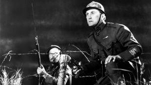 Kirk Douglas (oikealla) elokuvassa Kunnian polut