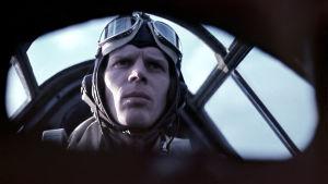 Neuvostoliittolaisvalmisteisen Tupolev SB-2 pommikoneen tähystäjä, 2/PleLv 6:n päällikkö, kapteeni Veikko Härmälä sukellusveneiden etsintälennolla Suomenlahdella ennen suurhyökkäystä kesällä 1944
