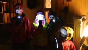 Marius, Livia, Celine och Sindre med ficklampor